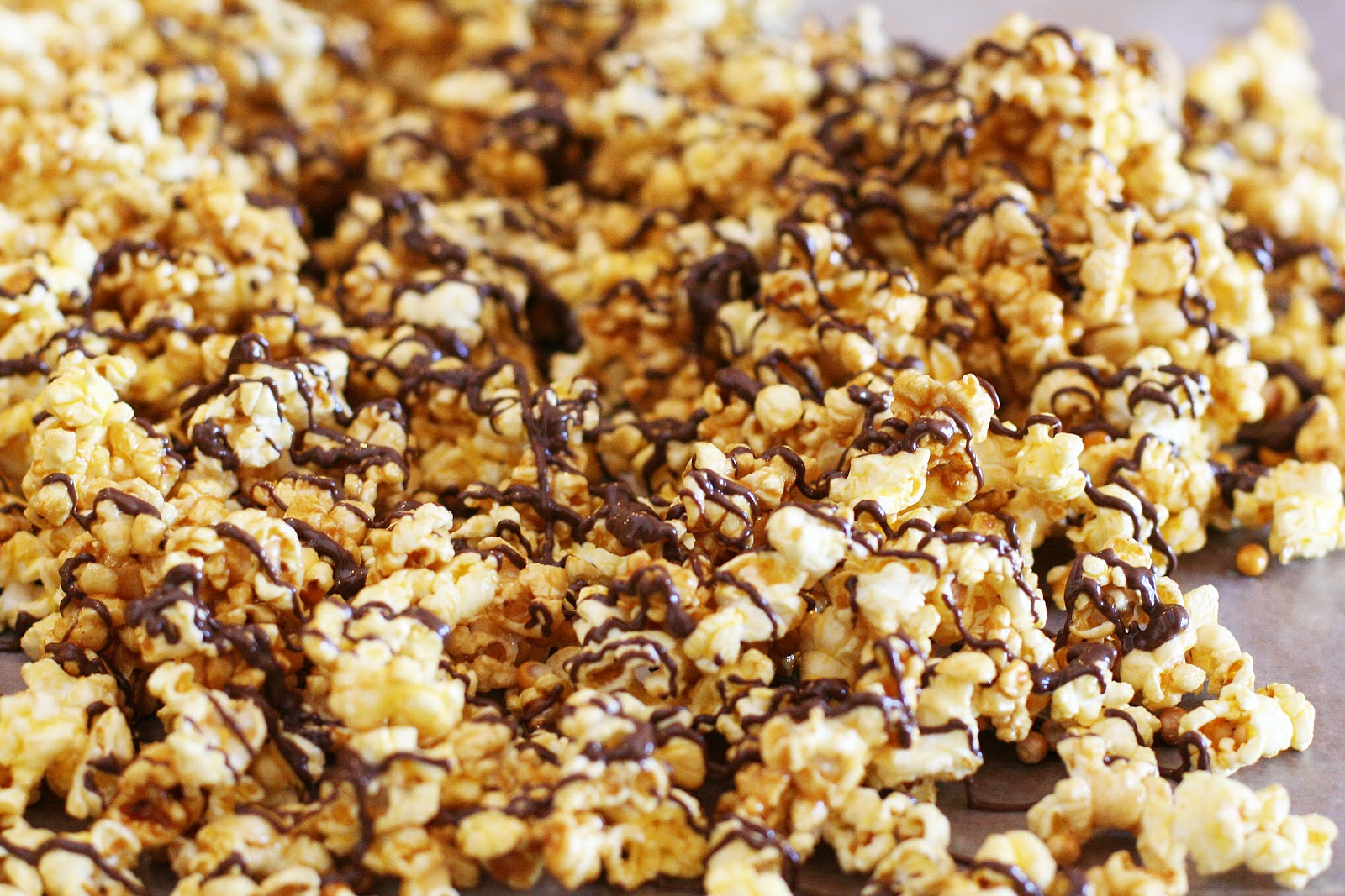 chocolate-drizzled-caramel-popcorn